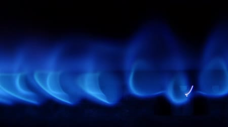 пламя : Turn on the gas burner with a blue flame. Close up