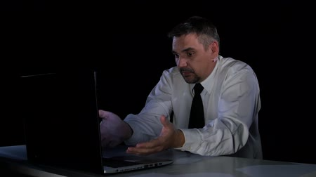 bewilderment : Man in confusion communicates with the chief on the laptop
