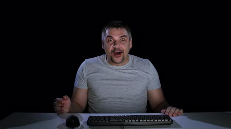 сюрприз : Man happily surprised by viewing news online. Emotions of surprise
