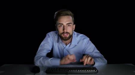 luxúria : Man excitedly looking at a computer monitor. Dark studio Stock Footage