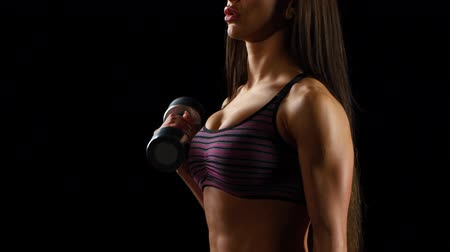атлетика : Beautiful fitness woman with lifting dumbbells . Sporty woman lifting light weights. Fit girl exercising building muscles.
