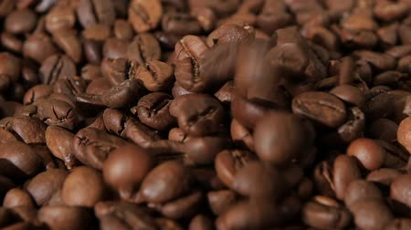 granulação : On sacking coffee beans are still falling grains of coffee. Slow motion Vídeos