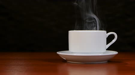 granulação : Cup of coffee costs on a wooden table and spreads a pleasant smell