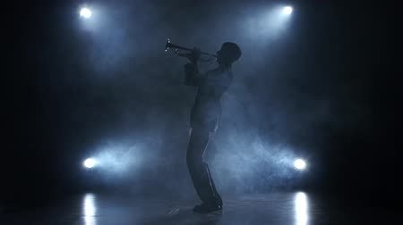 рукав : Musician in a smoky studio playing in a trumpet