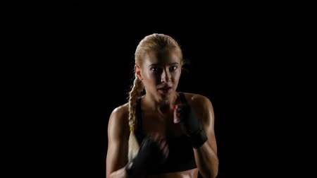 boxe : Woman boxer training herself in a dark studio. Slow motion Vídeos