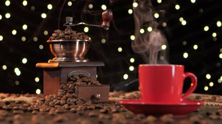 luxúria : Coffee grinder filled with roasted coffee beans. Background with lights Stock Footage