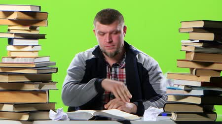 gravado : Man sitting at his desk writes his notebook information. Green screen Stock Footage