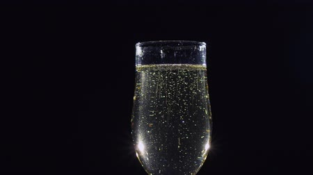 šampaňské : Bubbles of sparkling champagne wine in a glass. Slow motion