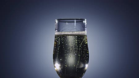 champanhe : Slow motion. Bubbles of champagne wine disappear from the drink Vídeos