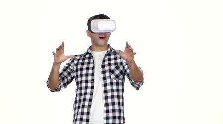 realidade : Man in mask of virtual reality on head. White background