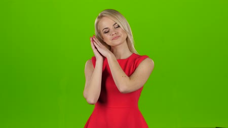 жест : Woman yawns covering her mouth with hands. Green screen studio