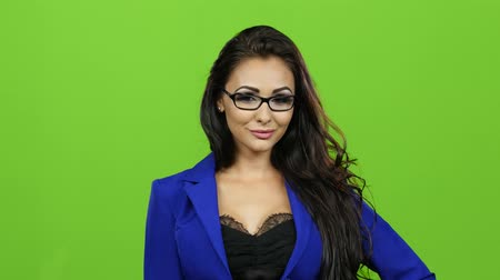 ameaças : Sexy teacher with glasses threatens with her finger, green screen