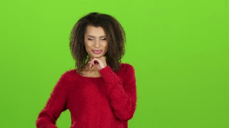 elszigetelt fekete : Afro american girl posing on camera, green screen. Slow motion