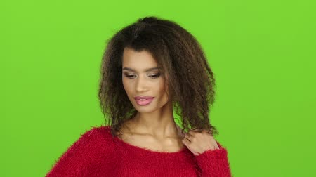 экран : Sexy mulatto girl seduces you, green screen background. Slow motion