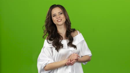novinář : TV presenter tells everyone about the weather, she is smart and beautiful. Green screen