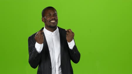 umma : African american crosses his fingers, hopes a happy occasion in his endeavors. Green screen Stok Video