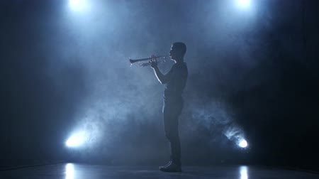 trombeta : Trumpeter man in smoky studio and in spotlight playing melody Stock Footage
