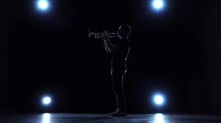 trombeta : Trumpet jazz playing musician in studio with spotlights. Slow motion