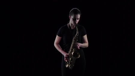 saxofone : Female plays on the saxophone jazz melody in slow motion