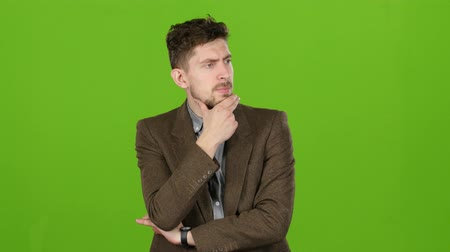odráží : Businessman reflects on the affairs, looking for solutions to problems. Green screen Dostupné videozáznamy
