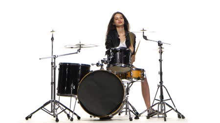 барабаны : Drummer girl starts playing energetic music, she smiles. White background