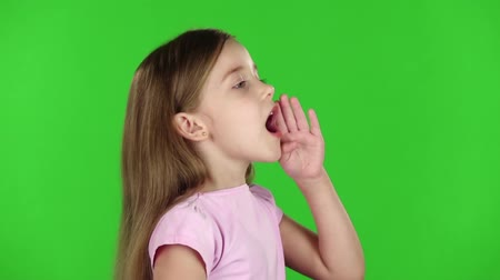 ouvido : Baby speaks into a megaphone. Green screen. Side view. Slow motion Vídeos