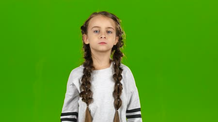 ouvido : Child speaks into the loudspeaker. Green screen