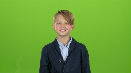 pigtailler : Child boy shows thumbs up. Green screen