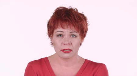 agresif : Red haired woman screams, she is aggressively attuned to her colleagues. White background Stok Video