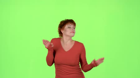 vicces : Woman is dancing energetically. Green screen