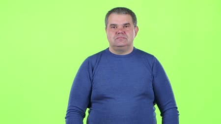 cortes : Man is not emotional standing in the studio. Green screen. Slow motion. Slow motion