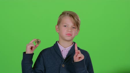 cabelos grisalhos : Teenager with a chip in hand of waved his head negatively and hand on a green screen