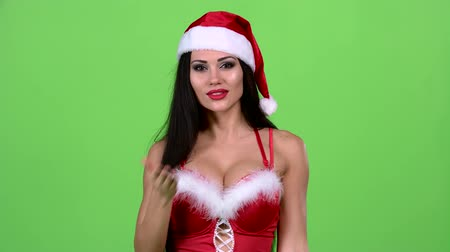 Санта шляпе : Santa woman walking by foot and sends and air kiss. Green screen Стоковые видеозаписи