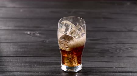 efervescente : Carbonated drink pouring into glass with ice