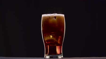 efervescente : Carbonated drink in the glass forming cycle on a black background Vídeos