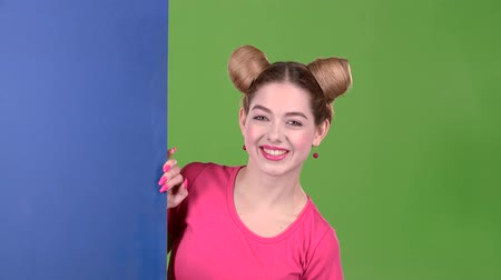 cem : Teenager peeks out from behind a blue board and shows a thumbs up. Green screen. Slow motion Vídeos