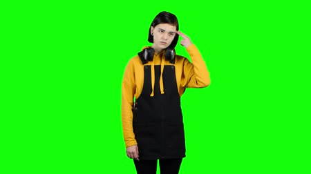 preocupações : Girl takes offense at her friend, turned away from him. Green screen