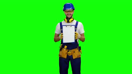 kiegészítés : Engineer picks up the paper plate and smiles. Green screen Stock mozgókép