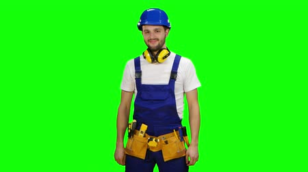 шпатель : Builder wears a hard hat and smiles. Green screen
