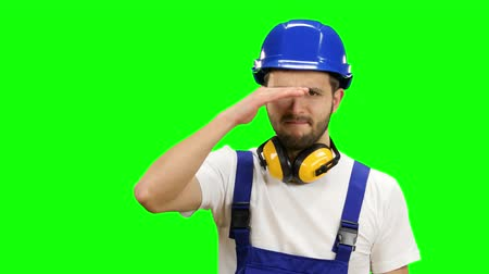 шпатель : Foreman stands and looks into the distance and smiles. Green screen Стоковые видеозаписи