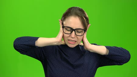 řev : Girl closes her ears. Green screen