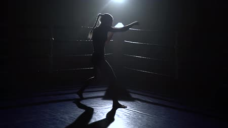 postura : Girl trains, boxing in the ring. silhouette Stock Footage