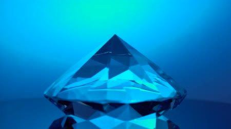 odráží : Diamond rotating at its point reflects blue light