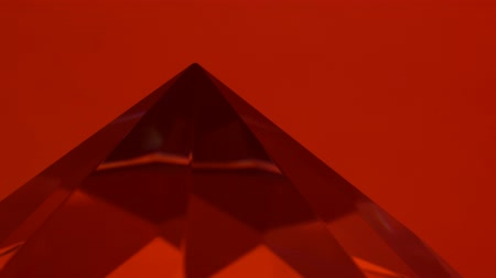 špičatý : Pointed end of the diamond turns and shimmers. Red background Dostupné videozáznamy