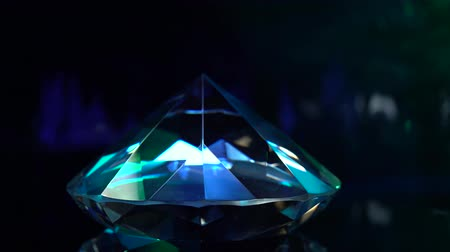 pedra preciosa : Diamond is spinning and shimmering with blue color. Black background