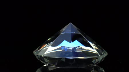 карат : Diamond slowly rotates with a sharp end up. Black background Стоковые видеозаписи