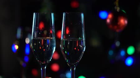 освещенный : Two glasses of champagne set the New Years. Close up