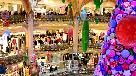 lafayette : PARIS, FRANCE - NOVEMBER 20, 2017 Christmas tree with inflatable balls of sweets and cookies in the world famous store Galleries Lafayette Stock Footage