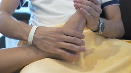 протирать : A man is showing a kind gesture by massaging someones foot. Massage is great way to feel relaxed. Massaging involves applying pressure.