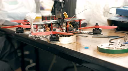 dron : Man assembling FPV drone using tools, preparing quadcopter for flight. Repair drone before training process.